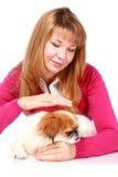 Mooi glimlachend meisje en weinig hond. Stock Fotografie