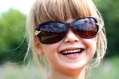 Mooi glimlachend meisje in grote zonnebril Stock Fotografie