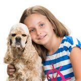 Mooi glimlachend meisje met Amerikaans spaniel Royalty-vrije Stock Foto's