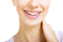 Mooi glimlachend meisje met pal voor tanden royalty-vrije stock afbeeldingen