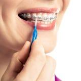 Mooi glimlachend meisje met pal voor tanden stock afbeeldingen