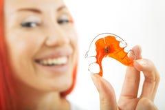 Mooi glimlachend meisje met pal voor tanden, close-up royalty-vrije stock afbeelding