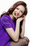 Mooi glimlachend meisje met pepermunt Royalty-vrije Stock Foto's