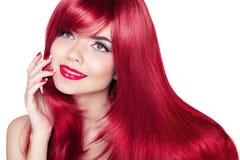 Mooi glimlachend meisje met rood haar De lange rechte haren glanzen Royalty-vrije Stock Fotografie