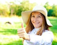 Mooi glimlachend meisje op de zomerdag in hoed Royalty-vrije Stock Fotografie