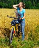 Mooi glimlachend meisje op fiets Royalty-vrije Stock Foto's