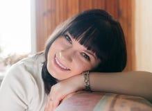 Mooi glimlachend meisje thuis Stock Afbeelding