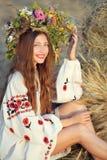 Mooi glimlachend meisje in weide royalty-vrije stock foto