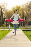 Mooi glimlachend wijfje die pret op een uitstekende fiets hebben royalty-vrije stock foto's