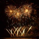 Mooi Gouden vuurwerk over het overzees op de achtergrond van de nachthemel Stock Afbeeldingen