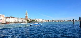 mooi Grand Canal zijn gebouwen nu dicht bij de lagune van Venetië stock foto