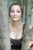 Mooi grappig tienermeisje onder de bomen Royalty-vrije Stock Fotografie