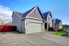 Mooi grijs huis buiten met steen en oprijlaan. Stock Foto's