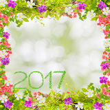 Mooi groen die bladerenkader met bloem en het jaar van 2017 wordt gemaakt van Stock Foto