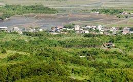 Mooi groen en blauw landbouwbedrijf Stock Foto's