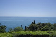 Mooi groen park met de Zwarte Zee op de achtergrond Royalty-vrije Stock Foto's