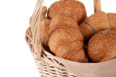 Mooi heerlijk brood in de mand Stock Afbeeldingen