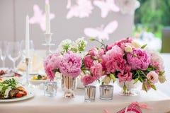 Mooi helder boeket van pioen op het huwelijk Stock Fotografie
