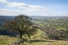 Mooi helder landschapsbeeld van Piekdistrict op zonnige Sprin Stock Foto