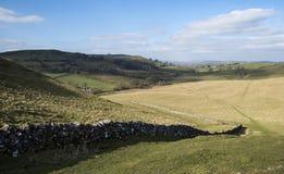 Mooi helder landschapsbeeld van Piekdistrict op zonnige Sprin Royalty-vrije Stock Foto's