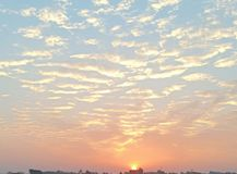 Mooi hemelhoogtepunt van wolken en een zon royalty-vrije stock fotografie