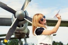 Mooi het document van de vrouwenholding vliegtuig royalty-vrije stock fotografie