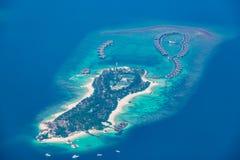 Mooi het eilandlandschap van de Maldiven Strand, de blauwe hemel en villa's van het luxewater stock afbeeldingen