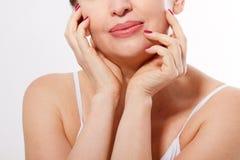 Mooi het glimlachen dicht omhoog geïsoleerd vrouwengezicht Antileeftijdsconcept Collageen en plastische chirurgie Wijfje wat betr Royalty-vrije Stock Foto