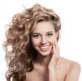 Mooi het glimlachen vrouwenportret op witte achtergrond Royalty-vrije Stock Foto's