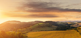 Mooi heuvelig die gebied, van een hoogte wordt gefotografeerd royalty-vrije stock fotografie