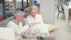 Mooi hoger paar die nieuwe kussens kiezen bij meubilairopslag stock video