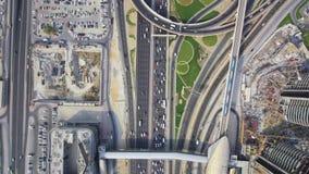Mooi hoogste hommelsatellietbeeld op lange bezige wegweg in stedelijk de stads modern panorama van Doubai stock videobeelden