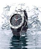 Mooi horloge die zich op water bevinden Royalty-vrije Stock Afbeeldingen