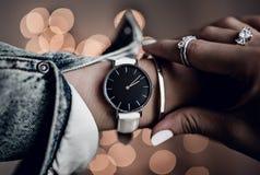 Mooi horloge op vrouwenhand stock fotografie