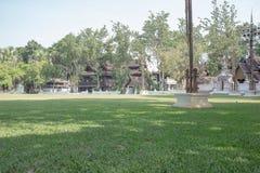Mooi hotel en groen park stock afbeeldingen