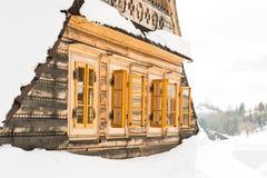 Mooi houten die plattelandshuisje in sneeuw, skitoevlucht Donovaly wordt behandeld royalty-vrije stock afbeeldingen