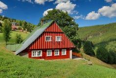Mooi houten plattelandshuisje in Tsjechische republiek royalty-vrije stock afbeelding