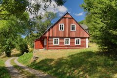 Mooi houten plattelandshuisje in Tsjechische republiek royalty-vrije stock fotografie
