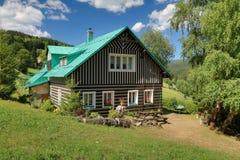 Mooi houten plattelandshuisje in Tsjechische republiek stock afbeeldingen
