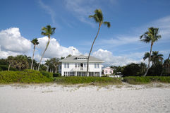 Mooi huis bij het strand Stock Afbeeldingen
