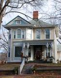 Mooi Huis dat voor Vakantie 100 wordt verfraaid Royalty-vrije Stock Foto's