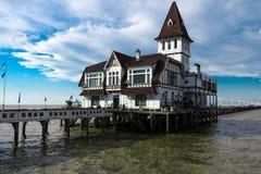Mooi huis door de pijler Royalty-vrije Stock Fotografie