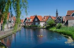 Mooi huis door het meer in Holland royalty-vrije stock fotografie