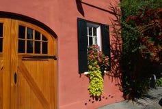 Mooi Huis met Bloemen in Venster Stock Foto