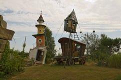 Mooi huis met bochtige torentje en wagen stock foto's