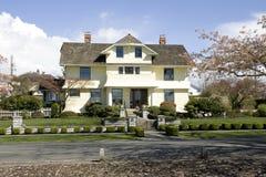 Mooi huis met traditinalontwerpen royalty-vrije stock afbeeldingen