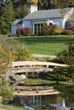 Mooi huis met voetgangersbrug over vijver Royalty-vrije Stock Foto