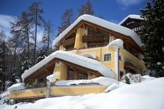 Mooi huis in sankt moritz - Zwitserland Stock Fotografie