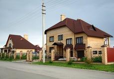 Mooi huis van gele baksteen Stock Afbeeldingen