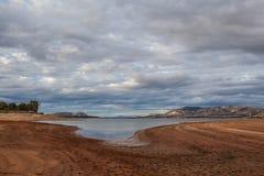 Mooi Hume Lake onder Victoriaanse plattelandsheuvels Stock Foto